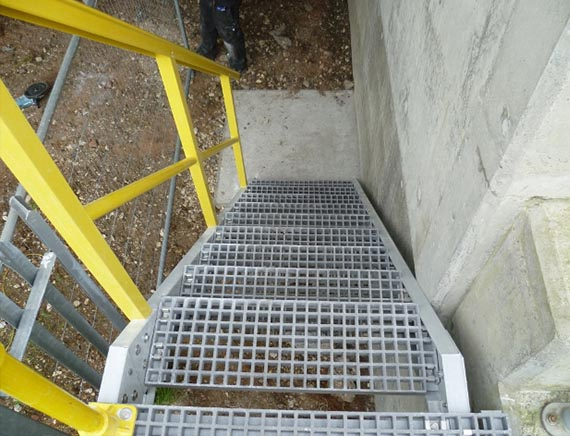 Non-slip GRP stair grating